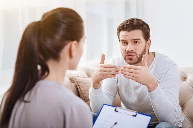 Homme pendant une séance de thérapie avec sa psychologue.