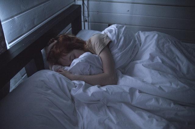 Photographie d'une jeune femme atteinte de troubles du sommeil.
