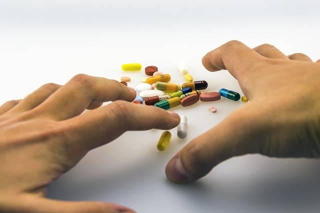 Personne dépressive prenant des médicaments.