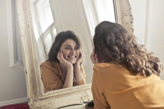 Femme heureuse après avoir suivi une thérapie EMDR.