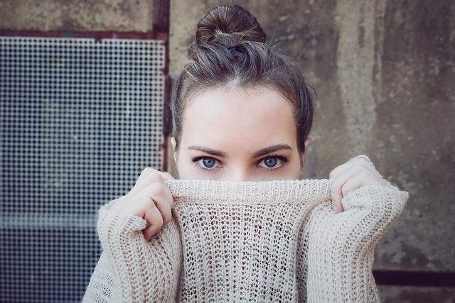 Jeune femme qui regarde fixement l'objectif.