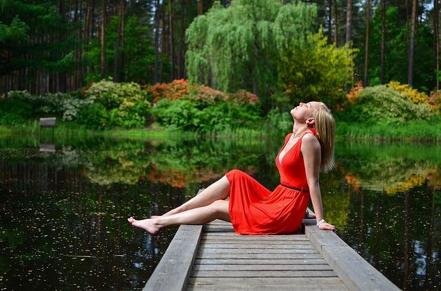 Femme sereine après une séance de thérapie EMDR.