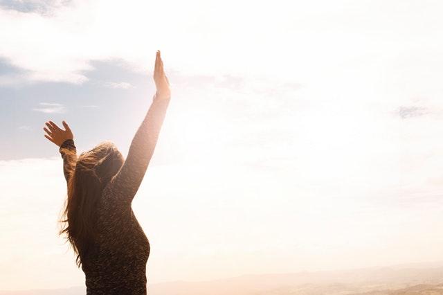 Femme qui salue le soleil.