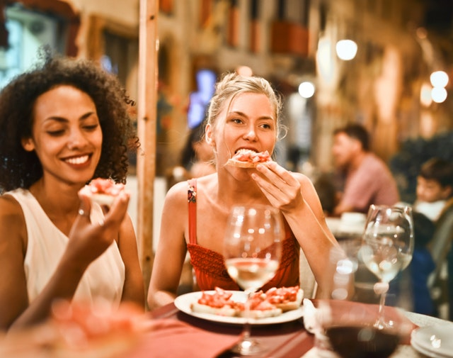 Deux femmes mangent au restaurant.