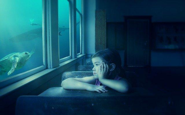 Salle de classe, fille qui s'évade par la fenêtre aquarium