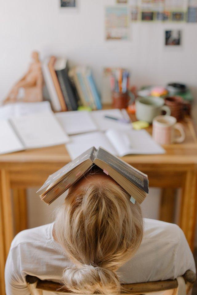 Étudiante stressée.